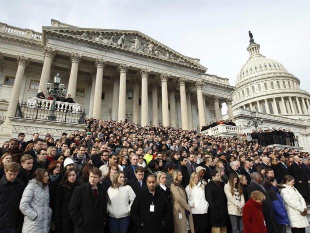 No Capitólio, funcionários e congressistas também prestaram homenagem às vítimas.