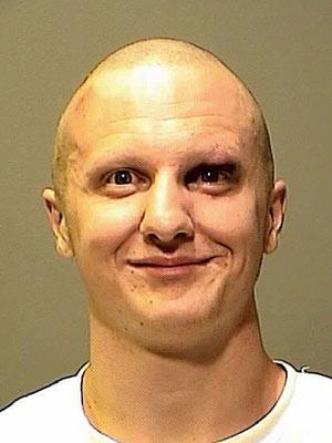 Jared Lee Loughner com a cabeça raspada, em foto divulgada pela polícia