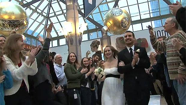 Casal celebra o casamento com ação flash mob em shopping dos EUA