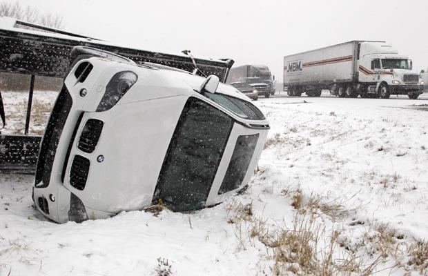 Carro virado após acidente na rodovia interestadual 65, próximo a Lafayette, no estado americano de Indiana, nesta terça-feira (11).