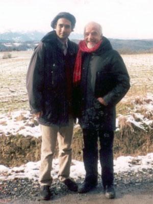 Em foto disponibilizada em seu site oficial, o editor iraniano Arash Hejazi posa ao lado do escritor Paulo Coelho