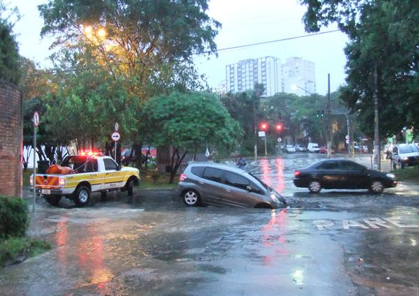 Uma cratera se abriu no cruzamento das ruas Medeiros de Albuquerque e Cipriano Juca, na Vila Madalena, em São Paulo. No começo da noite desta terça-feira (11), um carro caiu no buraco.  O asfalto está cedendo em vários trechos dessa região do bairro.