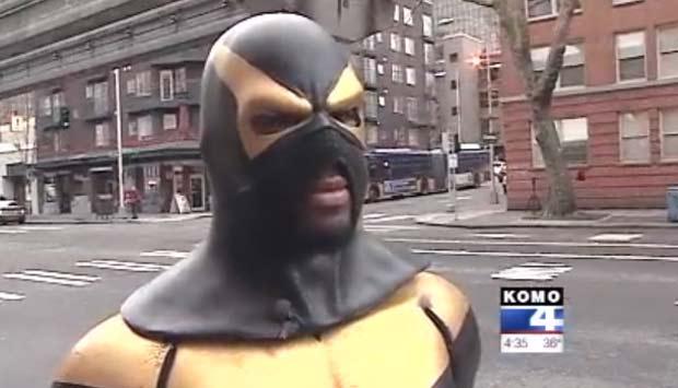 Phoenix Jones  teve o nariz quebrado por bandido.