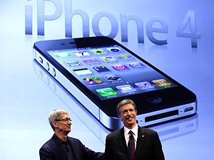 Vice-presidente de operações da Apple, Tim Cook (esq) aperta a mão do presidente da Verizon Wireless em evento de lançamento do iPhone da Verizon 4 em Nova York, nesta terça-feira (11). (Foto: Brendan McDermid/Reuters)