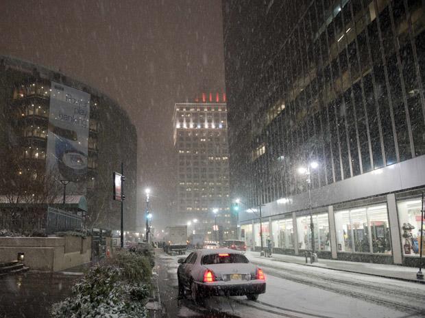 Neve cai diante do Madison Square Garden, em Manhattan, na noite desta terça-feira (11).