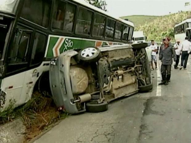 Acidente envolvendo três veículos deixou dois feridos, eles estavam em uma caminhonete. Ocupantes de carro e ônibus sairam ilesos