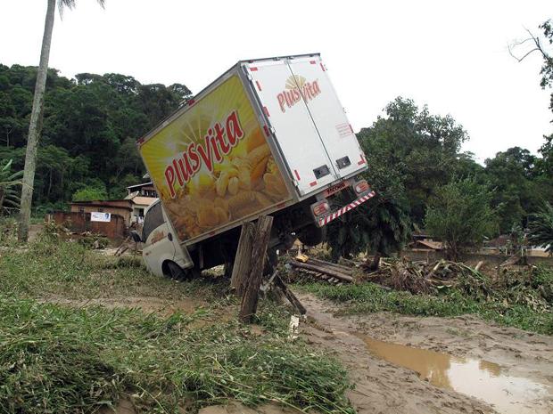 Caminhão também foi parar em cima de uma cerca em Teresópolis