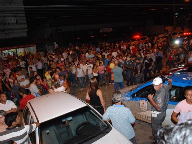 Multidão se aglomera na porta do IML de Teresópolis para reconhecer corpos de vítimas da tragédia