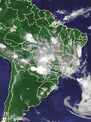 Imagem de satélite de quarta-feira (12) mostra nuvens no Sudeste e Centro-Oeste