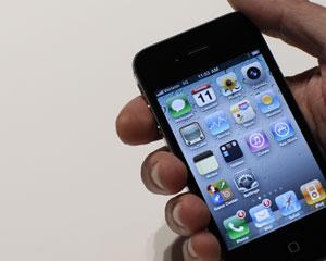 Usuário mexe em iPhone, da Apple (Foto: Brendan McDermid/Reuters)