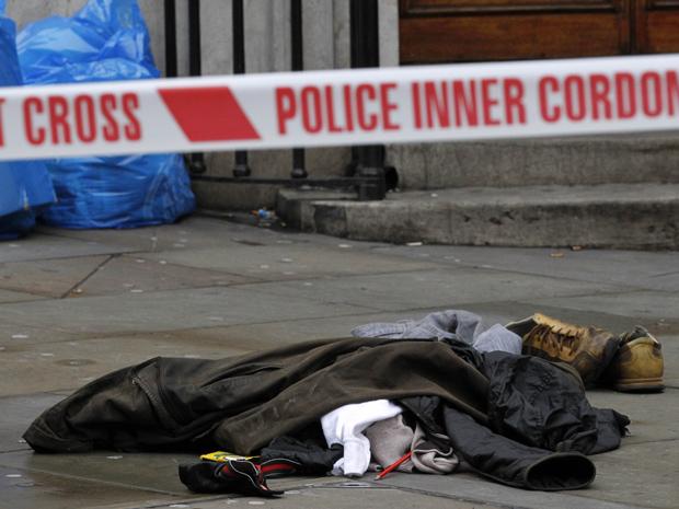 Roupas de um homem que ameaçou se explodir nesta quinta-feira (13) em Regent Street, em Londres. Ele foi preso depois de entrar em uma loja de roupas e dizer que tinha explosivos atados ao corpo. O impasse, iniciado às 12h20 locais, durou cinco horas e provocou o fechamento da rua, uma das mais movimentadas da cidade. O suspeito acabou se entregando e sendo presos. Ele não tinha explosivos, segundo a Scotland Yard.