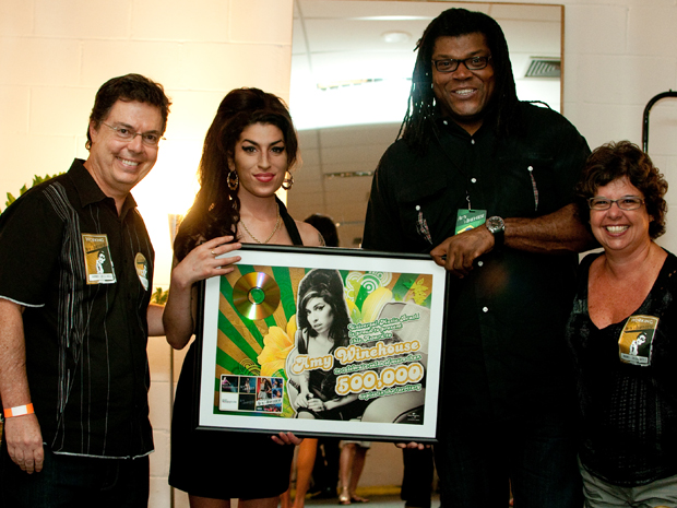 Amy Winehouse com José Antônio Eboli (à esquerda), presidente da gravadora Universal