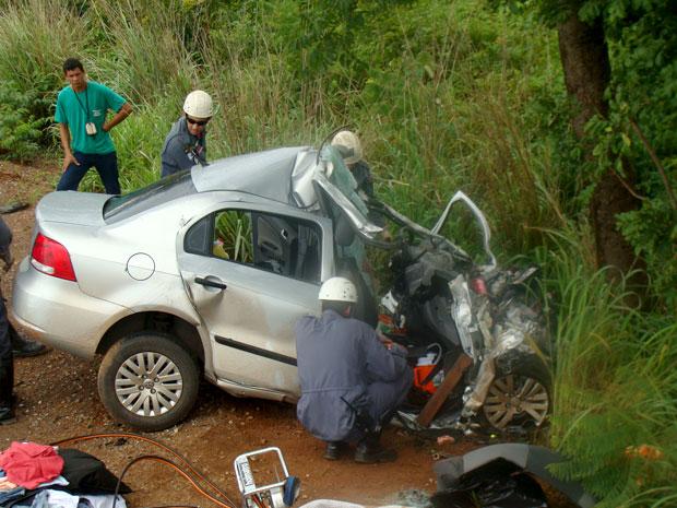Um casal morreu e a filha ficou ferida, após carro e carreta baterem de frente na BR-135, em MG