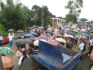 Famílias chegam ao cemitério municipal de Teresópolis para o enterro de parentes