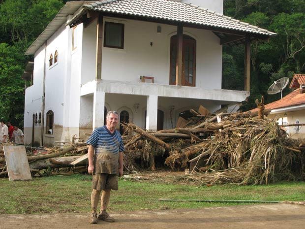 Nelson Machado de Souza, 61 anos, teve a casa atingida por um deslizamento de terra em Vale do Cuiabá