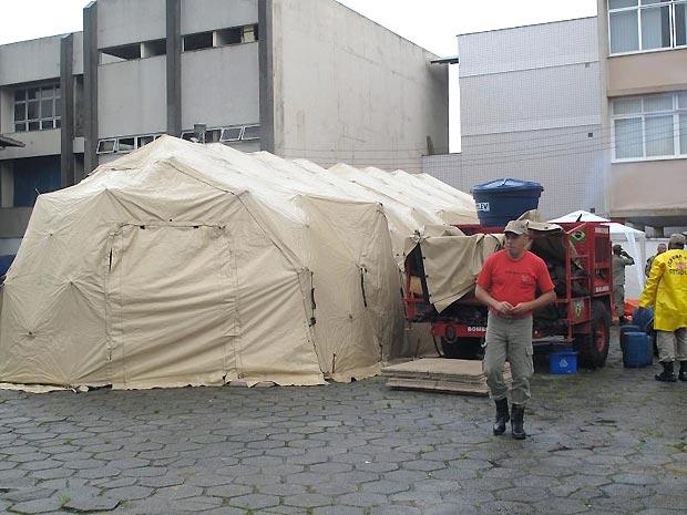 ospital de Campanha do Corpo de Bombeiros do estado do Rio montado em Teresópolis: unidade tem cinco leitos e vai ajudar no atendimento às vítimas das chuvas na região