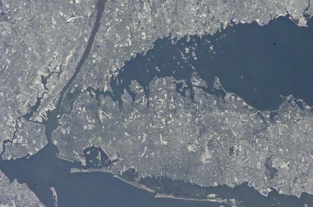 Imagem divulgada pela Nasa mostra foto feita por astronautas a bordo da Estação Espacial Internacional, a cerca de 350 km de altura, da região metropolitana de Nova York em 9 de janeiro, quando a cidade se preparava para a terceira grande nevasca da tempo