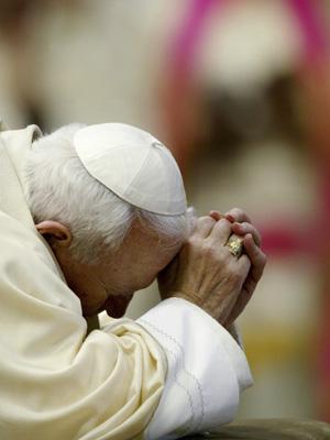 O papa João Paulo II ora ba Balísica de São Pedro em foto de 2002.