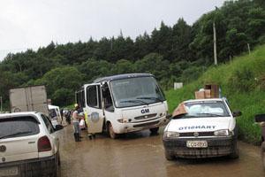 Queda de barreira interdita estrada de Itaipava para Teresópolis