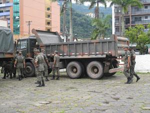 Exército chega para ajudar nas buscas em Teresópolis