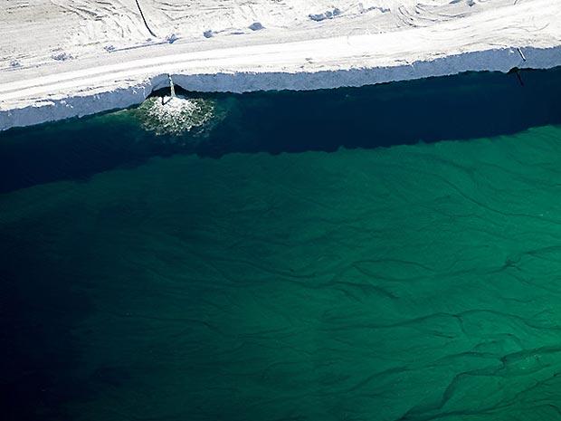 Esgoto com resíduo de fertilizante é despejado em Geismar, Louisiana, nos EUA.