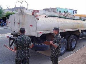 Operação Pipa distribui água de mananciais a moradores afetados pela estiagem