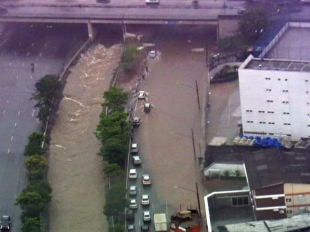 Água bloqueia Avenida Ricardo Jafet, na Zona Sul de São Paulo