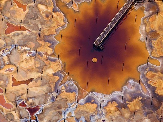 'Caleidoscópio' mostra centro de destilação de petróleo para obtenção de betume em Fort McMurray, na província canadense de Alberta. O processo causa grande impacto ambiental.