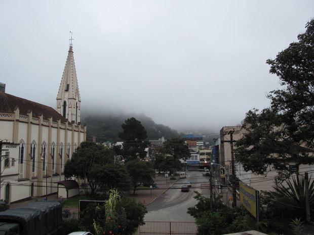 Teresópolis amanhece com céu encoberto no sábado