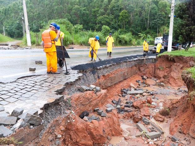 Operários tentam conter a erosão na estrada Friburgo-Rio