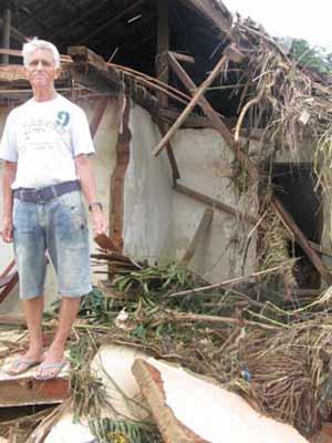 Idoso teve a casa atingida em Bom Jardim