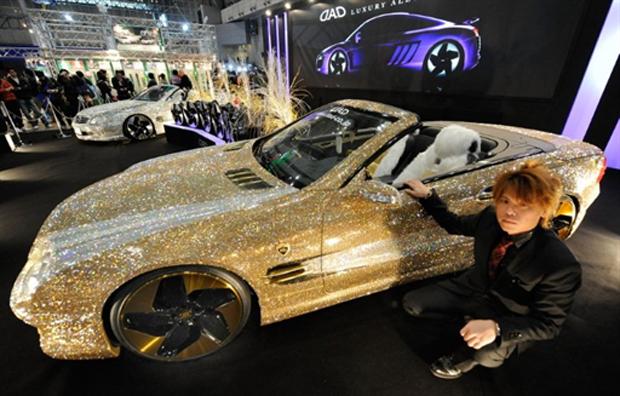 Mercedes-Benz SL600 foi customizada com 300 mil peças de cristais Swarovski