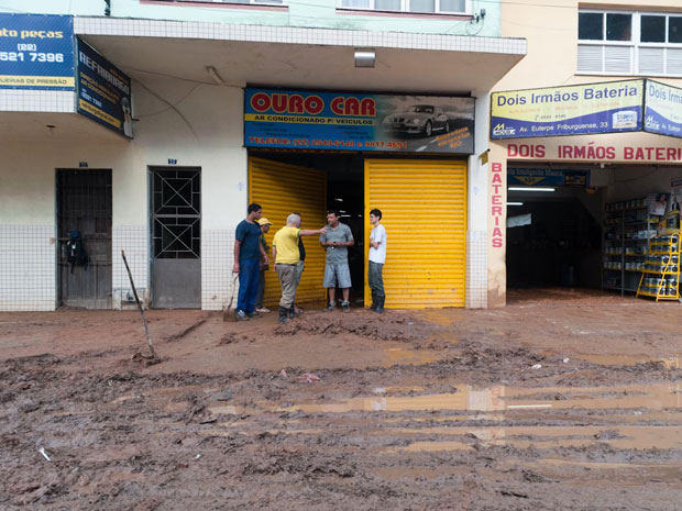Em meio a lama e ao barro, alguns comerciantes começam a abrir suas lojas na manhã desta segunda-feira (17), no Centro de Nova Friburgo - Foto: Celso Pupo/G1
