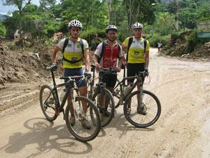 Ciclista Henrique leva doações com pai e amigo em Petrópolis