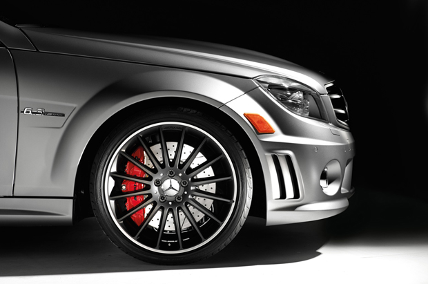 Rodas de liga-leve são de 19 polegadas e pintadas em preto. Freios são de alto desemepnho com pinças em vermelho