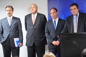 Os ministros Mercadante, Jobim, Bezerra e Cardozo (a partir da esq.) durante entrevista