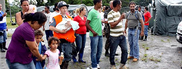 Helicóptero da Força Aérea Brasileira (FAB) resgatou 18 moradores que estavam isolados