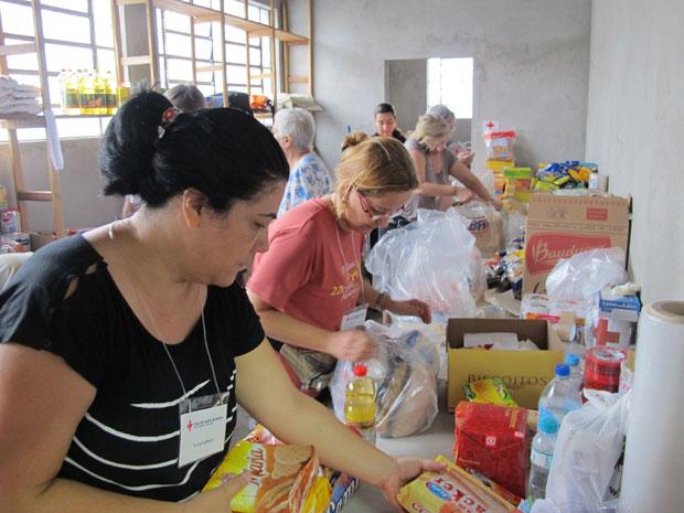 Voluntárias fazem a triagem de donativos na Cruz Vermelha em São Paulo