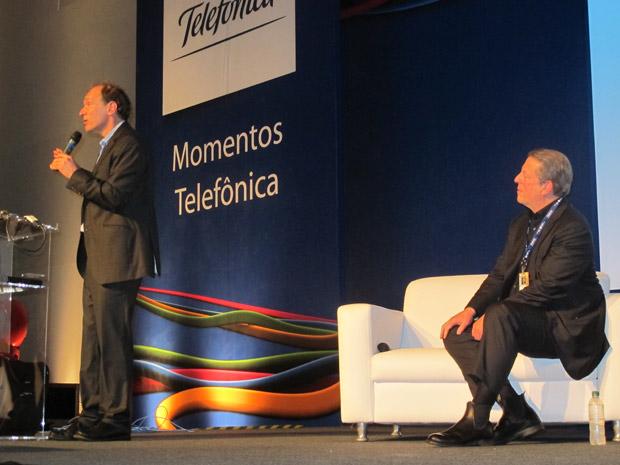 Tim Berners-Lee fala enquanto Al Gore observa.