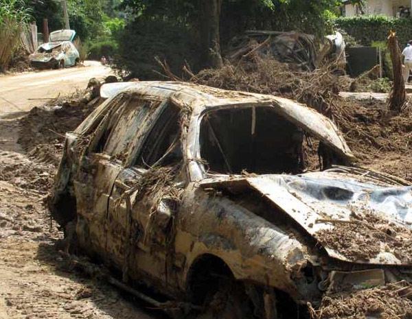 Veículo foi invadido pela lama no Vale do Cuiabá.