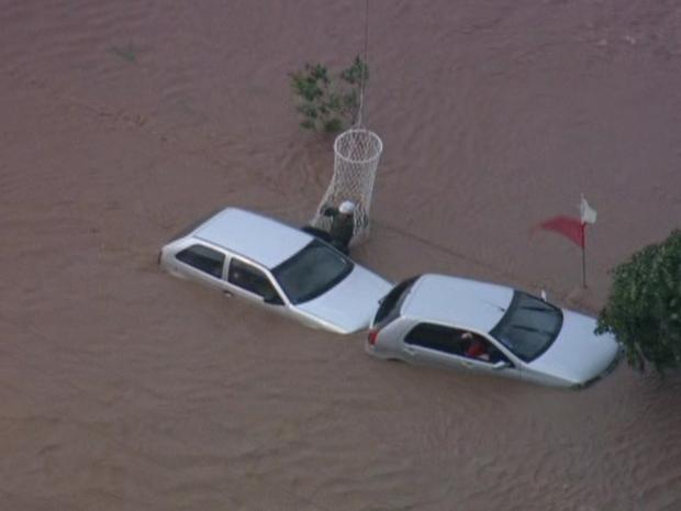Helicóptero faz resgate de motoristas ilhados