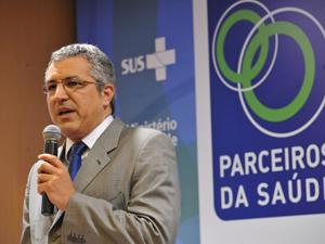 O ministro da Saúde, Alexandre Padilha, fala durante encontro  com representantes de empresas de todo o país em busca de mobilização  para a prevenção e combate à dengue