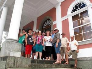 Grupo de turistas visita museu em Petrópolis