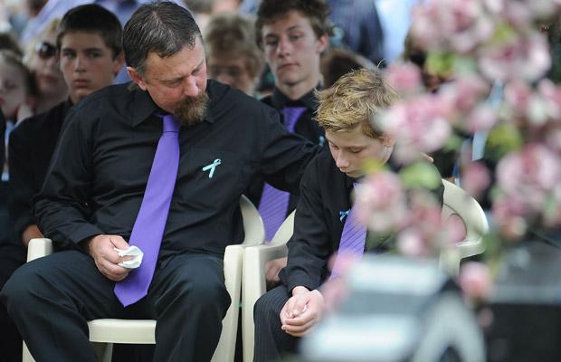 John e Blake no enterro.