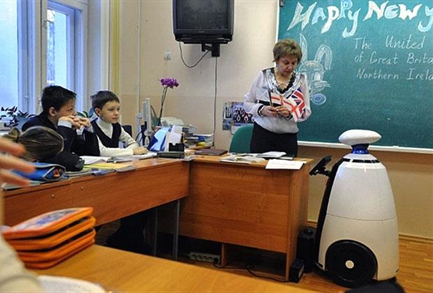 Estudante doente em casa é substituído por robô em sala de aula