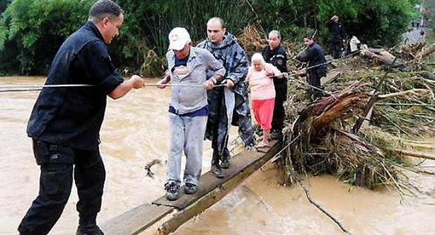 Policiais do Bope ajudam no resgate de vítimas da Região Serrana