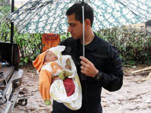 Bebê que sobreviveu às chuvas na Região Serrana foi resgatado por um policial do Bope