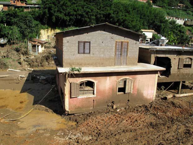A casa se deslocou da esquerda para a direita e parou ao bater em outra residência.