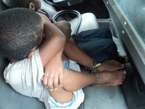 Crianças foram encontradas presas a correntes