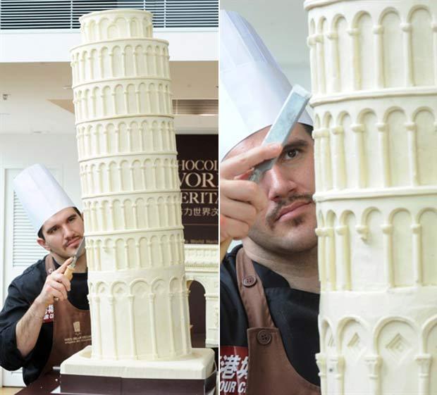 Italiano Mirco Della trabalha em sua réplica da Torre de Pizza feita de chocolate.